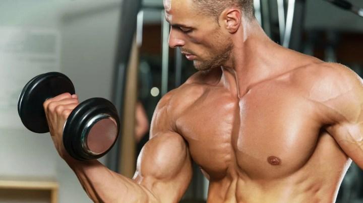 Qué fallos evitar al ejecutar curl de bíceps