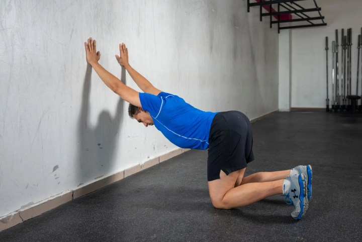 Qué hacer antes de entrenar los hombros