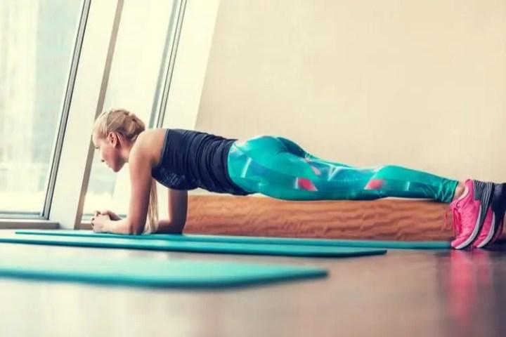 Involucrar los glúteos al hacer planks