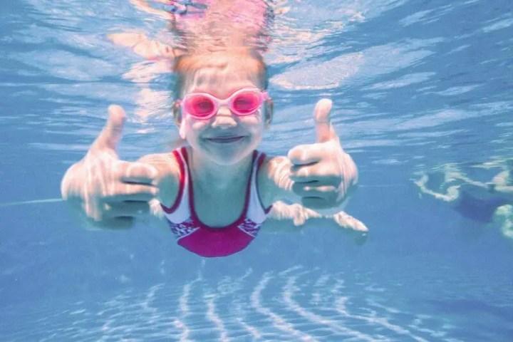 ¿Cómo influye la natación en los niños?