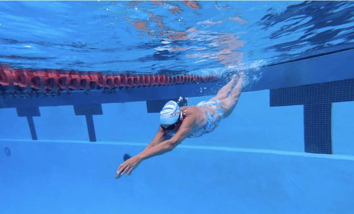 mujer entrenando en piscina