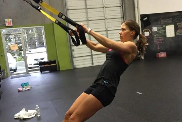 El ejercicio bíceps en suspensión ayuda a fortalecer los brazos