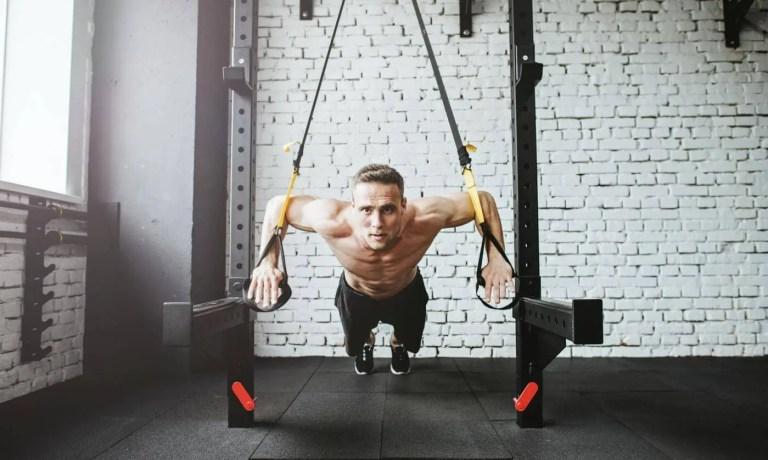 8 ejercicios con TRX para fortalecer los brazos