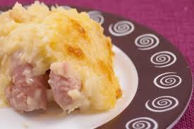 Salchichas con puré de patatas y queso