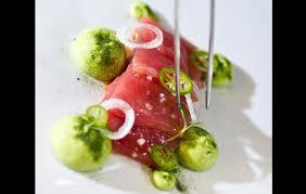 Láminas de tataki de atún mozárabe con espuma de aguacate