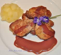 Cordero asado servido con salsa de Yema y puré de Tomate