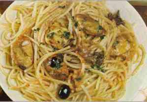 espaguetis con mejillones y aceitunas