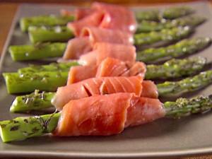Espárragos con salmón marinado