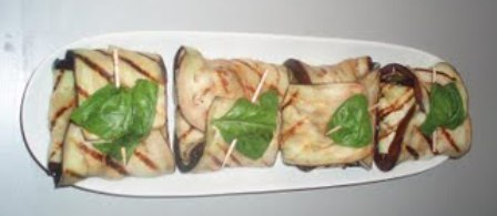 Hatillos de berenjena con mozzarella y albahaca