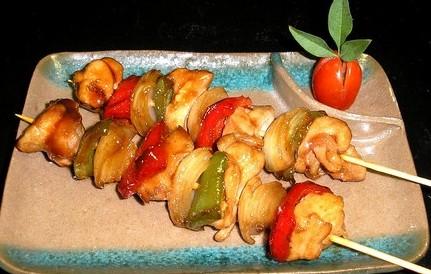 Brochetas vegetales con jarabe de pimientos