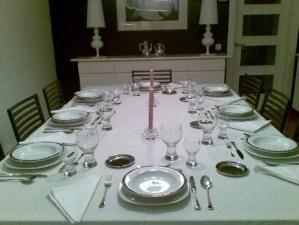 como comportarse en la mesa con invitados