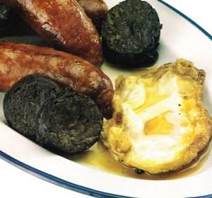 Huevos fritos con chorizos y morcillas