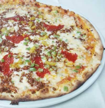 Pizza de queso gorgonzola y aceitunas