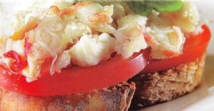 Tosta de tomate con cangrejo ruso