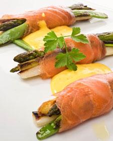 Receta de Karlos Arguiñano: Rollito de espárragos verdes y salmón