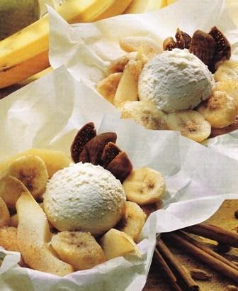 Postre, papillote de frutas con helado