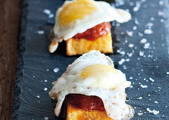 Huevos fritos con patatas y sobrasada