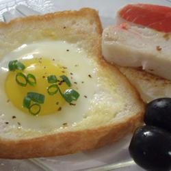 Sándwich con huevo frito incrustado