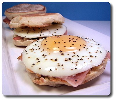 Bocado de huevo, jamón y pesto