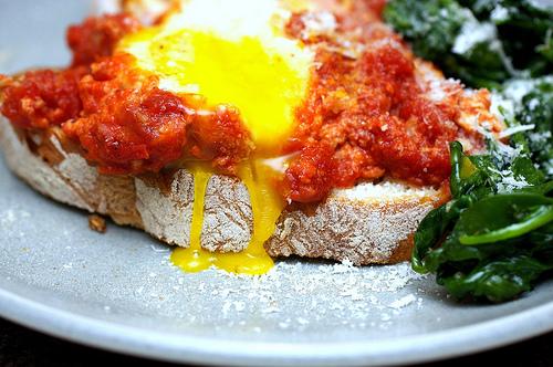 Huevos escalfados en salsa de tomate