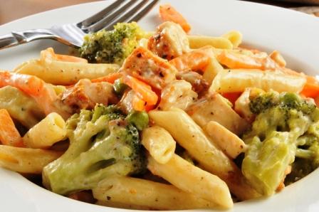 Macarrones con brócoli y salsa de calabaza