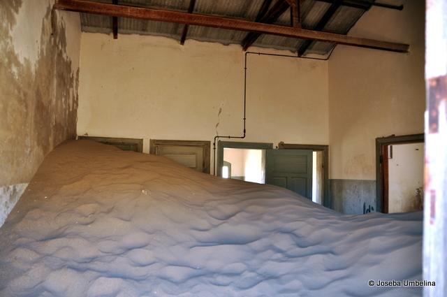 Una habitación enterrada por la arena del desierto
