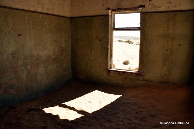 La luz del sol entrando por la ventana en una de las casas de Kolmanskop