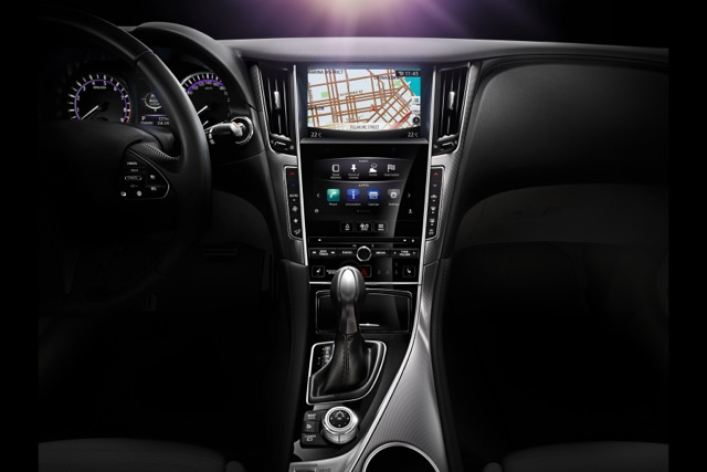 Q50_interior_console_metal_panel_EU_hires