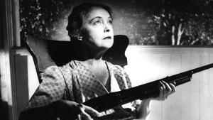 Lillian en La Noche del Cazador: armada y peligrosa.