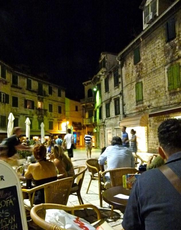 Ambiente nocturno en las terrazas de la Plaza de la Fruta.