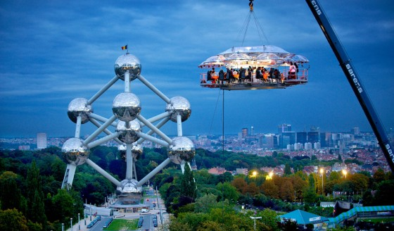 Temporary-Dinner-In-The-Sky-restaurant-in-Brussels-560x328