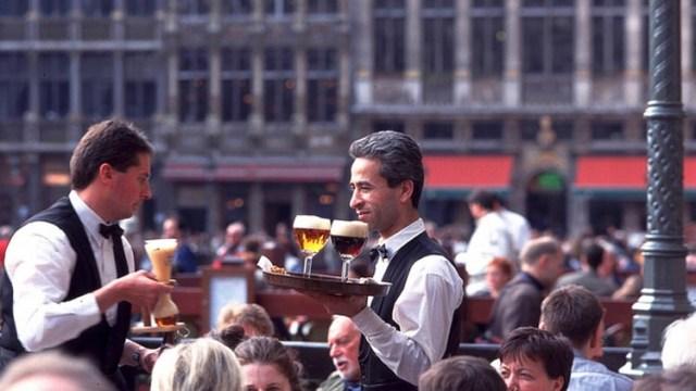Camareros-en-la-Grand-Place-de-Bruselas