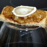 Tosta de cebolla caramelizada con queso de cabra preparada por enunaservilleta.es