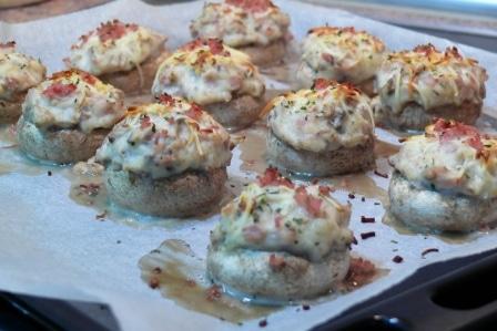 Una vez horneados los champiñones están listos para consumir. Es un aperitivo o cena ideal para grandes y pequeños