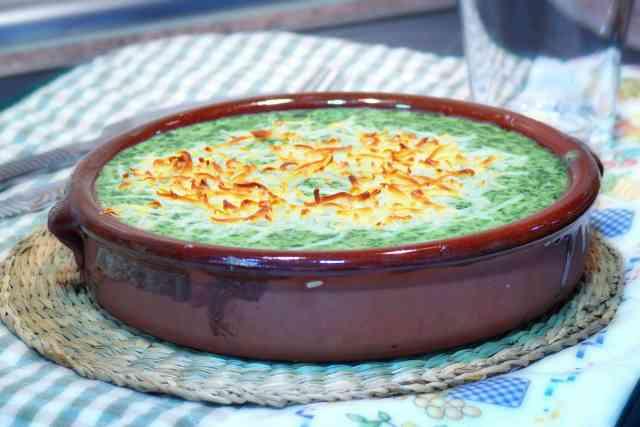 Receta de espinacas a la crema preparada en thermomix. Las espinacas aportan pocas calorias y mucho hierro y calcio. Receta muy sencilla.