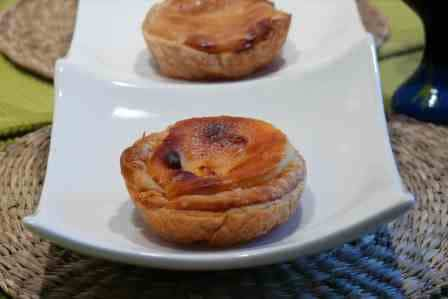 Una vez horneado y caliente los pasteis de belem se comen con azucar glas y canela. Estos pastelitos típicos de Lisboa son perfectos para acompañar un buen café