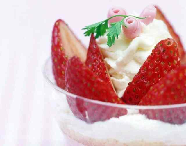 Las fresas con nata recién montada son un postre ideal estos días, ya que es temporada de fresas. Recién cortadas y con la nata dura.