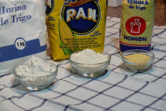 La harina de maíz precocida la compramos en Mercadona y la utilizamos para la pizza tipo dominos y para hacer pan casero con agua.