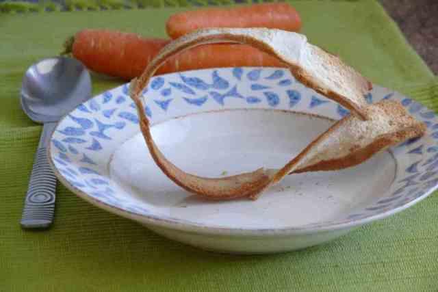 Para emplatar la crema de zanahoria he utilizado la idea que vimos hace unos días de utilizar un molde de pan bimbo puesto de pié en el plato