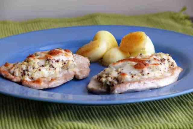 Las pechugas de pavo con salsa de mostaza se pueden servir con una ensalada verde o con patatas al gusto, cocidas o fritas