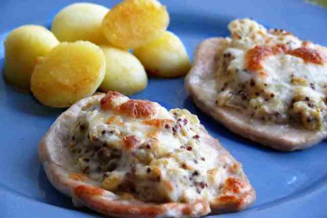 La costra de mostaza resulta de añadir queso parmesano y granitar en el grill la pechuga de pavo. El sabor de esta salsa es expectacular