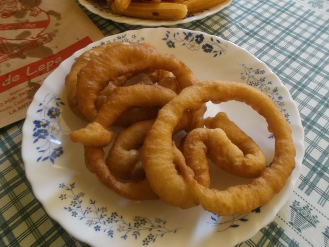 A estas pequeñas porras las llaman churro de masa en Lepe, en Madrid esta masa es similar a la de las porras