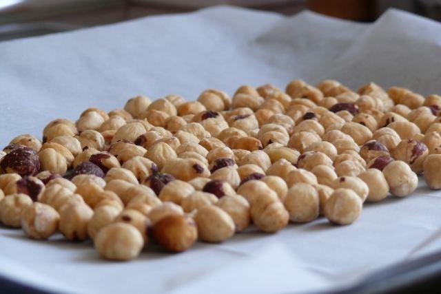 Las avellanas tostadas que hemos utilizado en esta receta, están cocinadas durante 15 minutos en el horno, de esta forma se pelan muy fácil