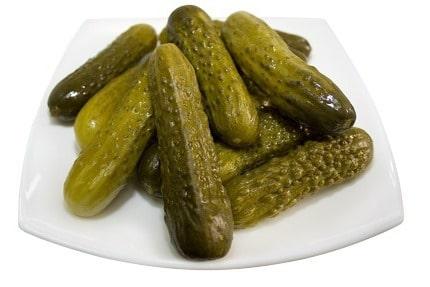 Los pepinillos agridulces son uno de los ingredientes que suelen añadirse a las ensaladas alemanas o ensalada de patata.