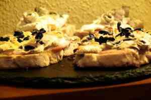 Las recetas de tostas son innumerables, cualquier cosa rica sobre un buen pan tostado hacen un bocado increible, el pan mediterráneo y el queso de cabra fundido