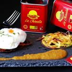 "Huevo poché sobre nido de patata con salsa de pimentón ""La Chinata"""