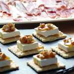 Crackers con queso brie, nueces y miel