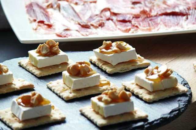 queso brie con nueces y miel