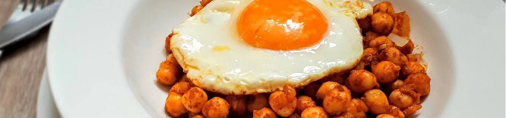 Garbanzos al curry con huevo frito