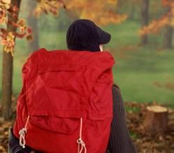 turista perdido en el bosque